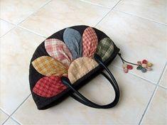 퀼트가방 - 다알리아 토트백 : 네이버 블로그 Fabric Bags, Pants Pattern, Beautiful Bags, Mini Bag, Baby Dress, Crochet Baby, Diy And Crafts, Patches, Quilts