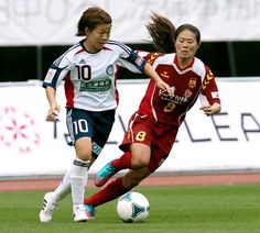 Homare Sawa, right, and Aya Miyama play for different teams during a Nadeshiko League match. (Shiro Nishihata) - A great article from Asahi.com