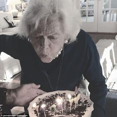 Former first lady Barbara Bush blows out the candles on his birthday cake as she celebrates turning 91 years old with her family on Wednesday American First Ladies, African American History, George Bush Family, Hw Bush, Behind Every Great Man, Barbara Bush, Great Novels, Rosa Parks, Former President