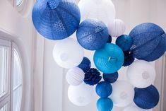 Un décor bleu et blanc pour un mariage en bord de mer : ciel de lanternes chinoises et dentelle bleu marine et blanc  #mariage #mariage2019 #decomariage #boulepapier #mariagemer #borddemer #bleumarine #souslelampion #lanterne #paperlanterns #bleu #blue #mariagebleu #bluewedding