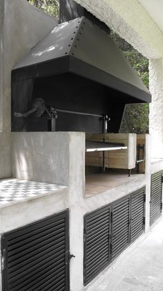 Browse thousands of outdoor kitchen ideas and find inspiration for designing the perfect outdoor kitchen. Save your favorite outdoor kitchen designs to a collaborative ideabook and kick off your outdoor kitchen project. Simple Outdoor Kitchen, Rustic Outdoor Kitchens, Outdoor Kitchen Design, Outdoor Spaces, Outdoor Fire, Outdoor Living, Parrilla Exterior, Casa Patio, Grill Design