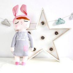 LITTLE BUNNY. Coqueta, encantadora y extremadamente suave muñeca con orejitas de conejito.  Ideal para decorar la habitación infantil y para acompañar a tu peque en sus dulces sueños.  La famosa muñeca de Miniroom. #muñecaminiroom #muñecas #peluche #decobebe #niña #decorideas #bunny