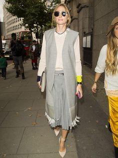 Olivia Palermo, con maxi chaleco gris con plumas, y jersey y falda a juego