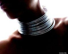 Silber oder Gold Draht gewickelt & schwarze Halsring, Stammes-Afrikanischer Schmuck Halsreif Halsband  Inspiriert von afrikanischen Stämmen und ihre einzigartige Kultur, die als Teil ihres täglichen Lebens Schmuck verwenden, zeigt uns diese Schönheit hat einen Platz überall - sogar wo zusammen mit Natur Menschen leben.  Diese handgefertigten Anschlagmittel stehe der Besitzer, hat einen Führer, starke Persönlichkeit, aber auch kommt zusammen mit Menschen und Natur mit seinem dient.  Sie kö...