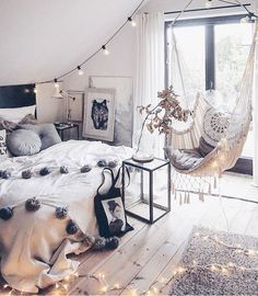Take a look at this unique bohemian bedroom with a vintage decor | www.vintageindustrialstyle.com #vintagefurniture #vintageindustrialstyle #vintagedecor