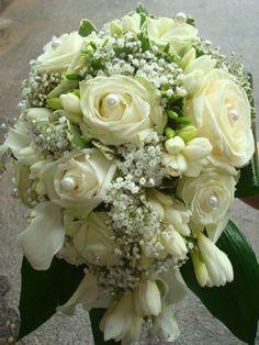 ONE DAY EVENT, bouquet de mariée classique, perles, roses et calas blancs