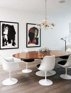 Homeowner Wendy Davis shares a look inside her architecturally important Toronto home with cool, modern style. Tulip Dining Table, Oval Table, Dining Room Chairs, Table And Chairs, Saarinen Tisch, Saarinen Chair, Esstisch Design, Tulip Chair, Modern Decor