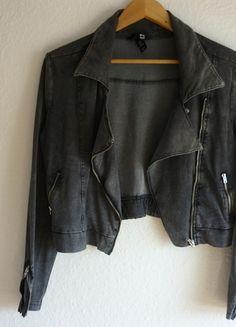 À vendre sur #vintedfrance ! http://www.vinted.fr/mode-femmes/autres-manteaux-and-vestes/25078179-tbe-veste-courte-perfecto-sweat-gris-vintage-hm