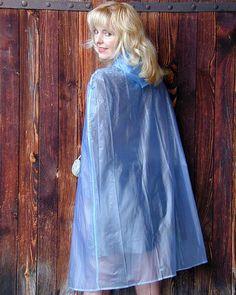 Blonde Frau im blauen PVC Cape