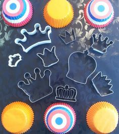 SweetyCakeShop heeft de meeste en mooiste kroontjesuitstekers, wel 9 verschillende! Ook molds hebben we genoeg, 7 stuks met 12 verschillende kronen. En natuurlijk kant-en-klare oranje kroontjes! Wat ga jij maken voor K(r)oningsdag?