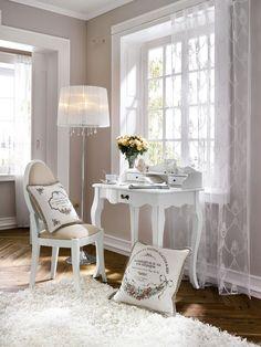tendance décoration intérieure originale ambiance romantique secretaire blanc sculpte coussins deco