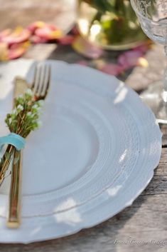 Get The Look: The Secret these beautiful plates have - French Country Cottage French Country Cottage, Holiday Tables, Get The Look, The Secret, Table Settings, Entertaining, Table Decorations, Tableware, Party Plates