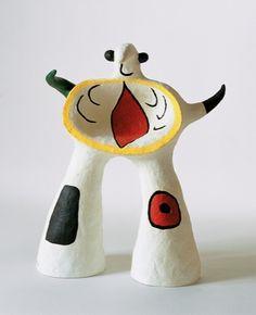 Joan Miro, Project for a Monument, 1979 Attiré par la communauté artistique réunie à Montparnasse, il rencontre le mouvement Dada en 1920, sous l'influence des poètes et écrivains surréalistes il développe dès 1924 son style unique , une géographie de signes colorés et de formes poétiques en apesanteur placée sous le double signe d'une fraicheur d'invention faussement naive et de l'esprit catalan exhubérant et baroque.