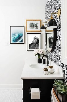 Black and white bathroom with vase of flowers, small gallery wall, round mirror, black and gold wall sconces, and floral wallpaper Source by mydomaine All White Bathroom, Black White Bathrooms, Modern Bathroom, Small Bathroom, Bathroom Ideas, Parisian Bathroom, Bathrooms Decor, Rental Bathroom, Luxury Bathrooms