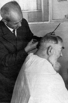 São Pio de Pietrelcina cortando o cabelo.