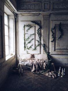 """Фотозона """"Кушетка и зелень на стене"""""""