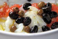 """Esta ensalada catalana de bacalao se llama Esqueixada, que en catalán significa """"desgarrada"""", y forma parte de los entrantes típicos de la rica cocina..."""