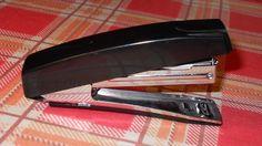 Celý svoj život ste používali zošívačku zle! Až doteraz… | Chillin.sk Stapler, Office Supplies, Marvel, Staplers
