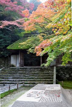 the gates of the honen-in Temple in Kyoto in Autumn