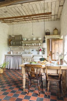 Take a tour around this pretty rustic cottage - cottage kitchens Cozinha Shabby Chic, Küchen Design, Interior Design, Interior Modern, Design Styles, Design Trends, Modern Furniture, Furniture Design, Hereford