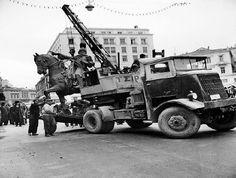 1950. Η ΤΟΠΟΘΕΤΗΣΗ ΤΟΥ ΑΓΑΛΜΑΤΟΣ ΤΟΥ Θ.ΚΟΛΟΚΟΤΡΩΝΗ ΣΤΗΝ ΠΑΛΙΑ ΒΟΥΛΗ.