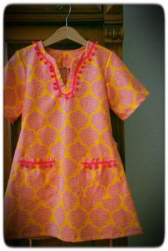 Mädchenkleid:  Gelb/flieder Muster Ornamente  zwei aufgesetzte Täschchen  Pompom Schmuckborte am Halsauschnitt