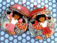 Superbolsitos blanditos de nena.. Realizados con boquilla metálica en oro viejo, telas de  algodón y muñeca pintada a mano con pintura textil.. que tiene braguitas y se le mueven los ojillos..