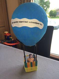 Luchtballon. Ballon van papier-maché geschilderd. De mand is het onderste van…