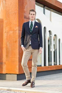 I fancy the incorporation of the tie with the khaki-looking pants and dark chocolate colored shoes. Bliss!