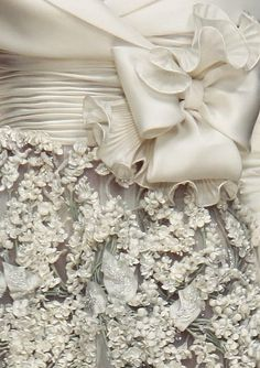 Valentino haute couture s/s so beautiful & feminine Couture Details, Fashion Details, Love Fashion, Gothic Fashion, High Fashion, Valentino Couture, Valentino Bridal, Valentino Garavani, Lesage