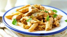 Chicken Alfredo with penne pasta is the ideal choice for a fast and delicious dinner for the whole family. In just 30 minutes and Food N, Good Food, Food And Drink, Yummy Food, Pollo Alfredo, Chicken Alfredo, Penne Pasta, Tortellini, Halloumi Burger