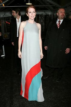 Kαν'το όπως η Julianne Moore με μακρύ φόρεμα