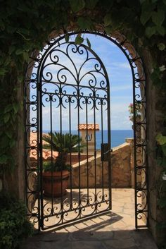 Los Cabos, Mexico Guide Makes you want to walk through to see the view from the other side. Tor Design, Gate Design, Foto Poster, San Jose Del Cabo, Wrought Iron Gates, Iron Work, Garden Gates, Garden Doors, Windows And Doors