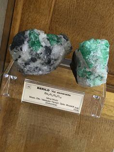 -Nombre: BERILO  -Composición química: Be3Al2Si6O18 -Reacción HCl:   -Sistema cristalino: hexagonal -Densidad: 2,63-2,92  -Ambiente de formación:  -Utilidad: joyería -Exfoliación: imperfecta -Fractura: concoidea -Dureza: 7,5-8 -Tenacidad: quebradizo -Color de superficie: verde -Color de la raya: blanca -Brillo: vítreo, céreo, graso -Diafanidad: de transparente a opaco -Birrefringencia: 0,0040-0,0070 -Luminiscencia: -Propiedades magnéticas: -Propiedades eléctricas: no tiene -Propiedades…