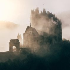 High Season at Eltz Castle. Congrats to on this incredible shot of one of our favorite spots in Germany! Monuments, Most Beautiful Pictures, Beautiful Places, Photography Tours, Vacation Pictures, Best Photographers, Alps, Vacation Spots, Touring