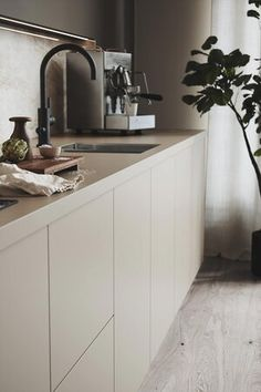 Home Decor Kitchen, New Kitchen, Home Kitchens, Kitchen Dining, Modern Kitchen Design, Interior Design Kitchen, Beige Kitchen Cabinets, Cocinas Kitchen, Cuisines Design