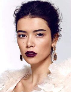 La bouche prune Ultra-élégante sur une peau claire ou mate, elle se porte avec un teint bien unifié, des sourcils définis et un regard nude.