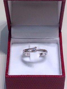 Solitario Damiani in oro bianco con un diamante, taglio brillante da 0,13 carati. prezzo da outlet. gioielleria orolive