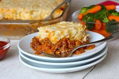Sloppy Joe Casserole is an easy twist on traditional sloppy joes that's flavorful and delicious! The cheesy crust compliments the beefy tomato filling so well and makes for a quick and hearty weeknight dinner that the whole family will love! One Pot Meals, Main Meals, Sloppy Joe Casserole, Cheesy Crust, Good Food, Yummy Food, Yummy Treats, Delicious Recipes, Healthy Recipes