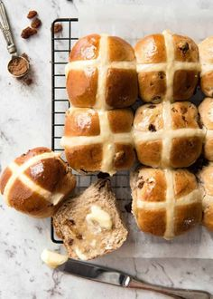 Easy Hot Cross Buns Recipe - perfectly spiced, fluffy and moist, with a no knead, no stand mixer option! Recipe Tin, Bun Recipe, Easter Recipes, Holiday Recipes, Ma Baker, Baking Recipes, Dessert Recipes, Bread Recipes, Dessert Bread