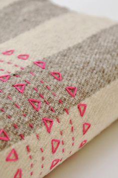 Um simples bordado pode fazer toda a diferença nos nossos trabalhos.   Ora vejam esta ideia :)                   Boas Costuras!   Fonte:http...