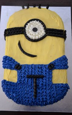 Minion Cake, piped!