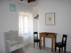 Bezauberndes Haus am Gardasee  Gargnano  - 4.OG Schlafzimmer III: Sitzbank, Tisch, Stühle, Badezimmer