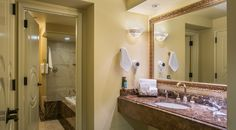 Governor Suite Bathroom with Tub
