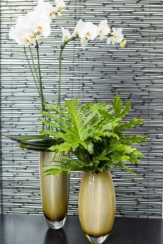 Os lindosvasos Feníciosusados em dupla com alturas diferentes floriram mais um cantinho da loja.