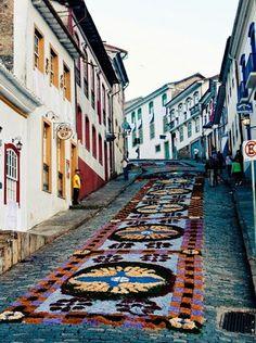 Belas Imagens para compartilhar -tapetes de flores Dia de Corpus Cristi-Religião católica- Minas Gerais