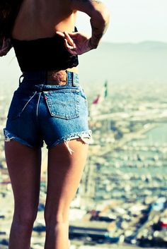 However, this time we want to discuss the high-waisted shorts denim outfit. This type of clothing would display your waistline and legs well. It's because denim offer comfort, durability, versatility and fashion, all in one. Hot Pants, Mode Style, Style Me, Girl Style, Levis Short, Short Shorts, Look Fashion, Fashion Beauty, Latest Fashion