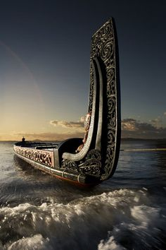 Barcos by Daniel Alho / Canoeing via a Maori Waka (Traditional war canoe), New Zealand Vikings Art, Maori Designs, Maori Art, Kiwiana, Yacht Design, Sail Away, Tall Ships, South Pacific, Water Crafts