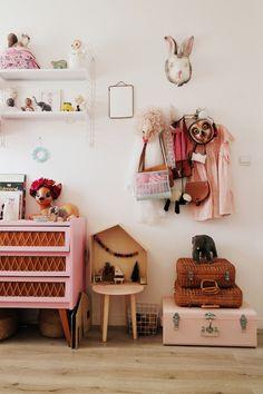 Wat een heerlijke verzameling leuke spulletjes op deze meisjeskamer!