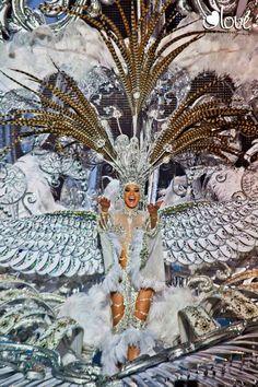 La Reina del Carnaval de Tenerife 2013, Soraya Rodríguez Castro con la fantasía VOLARE. Tenerife. Islas Canarias